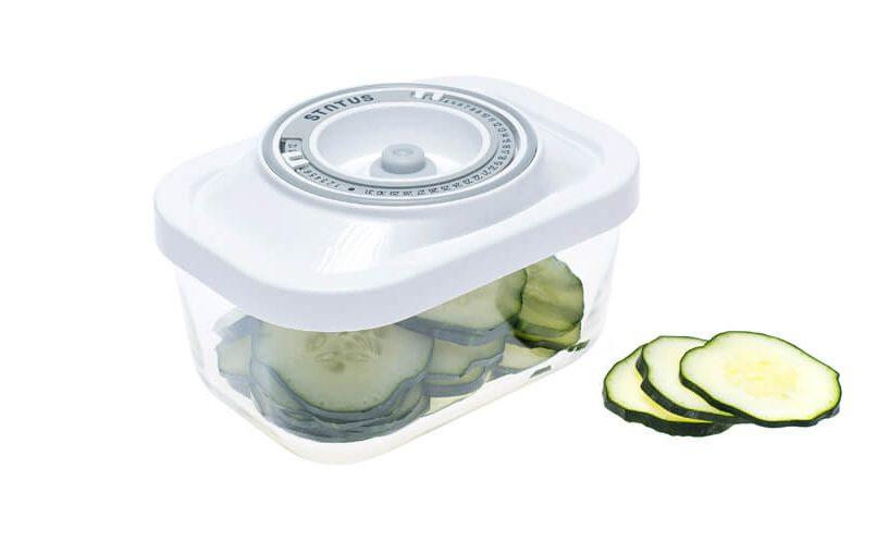 0,5-litrska steklena vakuumska posoda z belim pokrovom v kateri so shranjene narezane kumare.