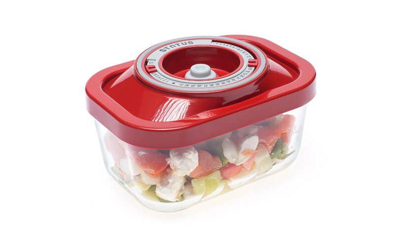 0,5-litrska steklena vakuumska posoda z rdečim pokrovom, v kateri je shranjena šopska solata.