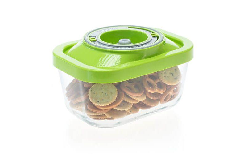 Najmanjša steklena vakuumska posoda z zelenim pokrovom. V njej so shranjeni slani prigrizki.
