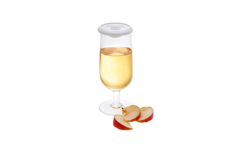 Vakuumsko shranjen sok v kozarcu z univerzalnim vakuumskim pokrovom.