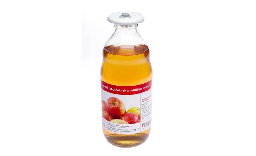Univerzalni vakuumski pokrov na steklenici jabolčnega soka.