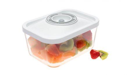 1,5-litrska steklena vakuumska posoda z belim pokrovom, v kateri je shranjeno narezano sadje.