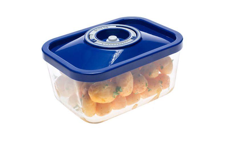 Steklena vakuumska posoda z modrim pokrovom, v kateri je shranjen pečen krompir.