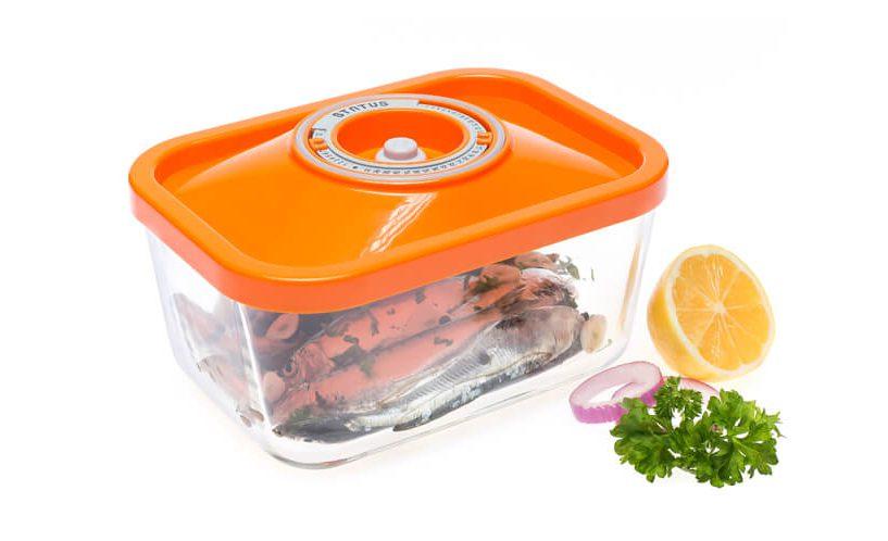 1,5-litrska steklena vakuumska posoda z oranžnim pokrovom, v kateri so shranjene sardelice.