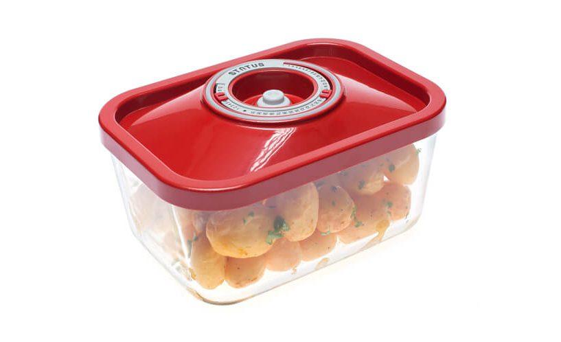 Steklena vakuumska posoda z rdečim pokrovom, v njej pečen krompir.