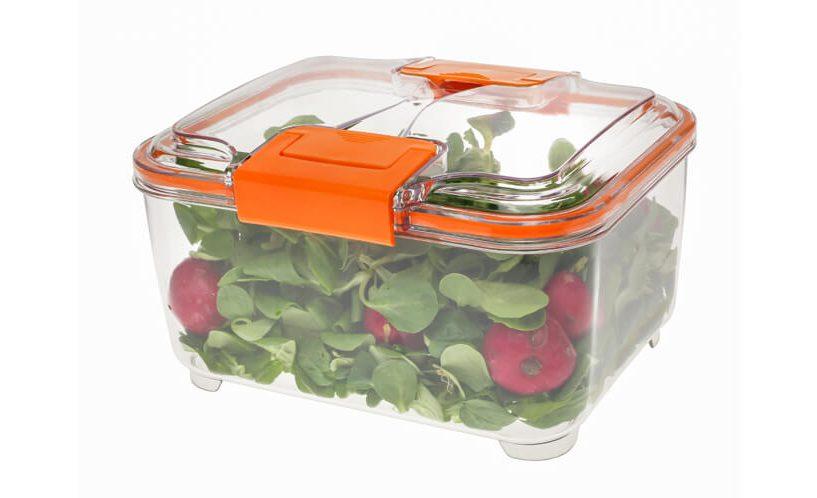 2-litrska posoda za shranjevanje Status z oranžnimi ročkami, v kateri je shranjena zelena solata z redkvicami