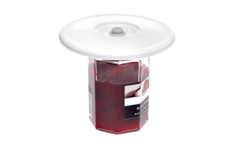 Univerzalni vakuumski pokrov 3 na kozarcu rdeče pese.