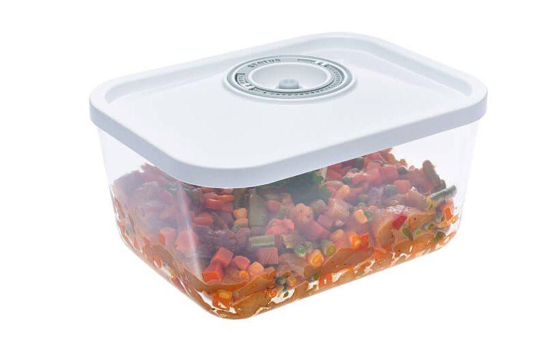 3-litrska steklena vakuumska posoda z belim pokrovom s koledarjem. V posodi meso z zelenjavo.