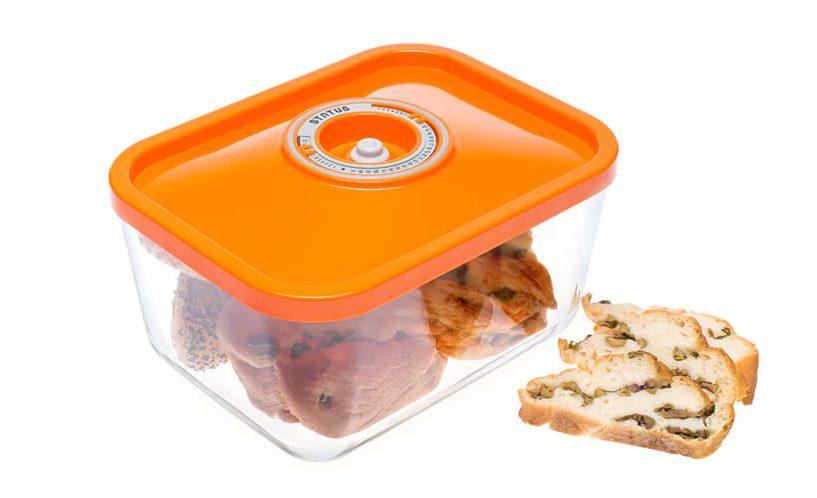 3-litrska steklena vakuumska posoda Status z oranžnim pokrovom s koledarjem. V posodi shranjeni pekovski izdelki.