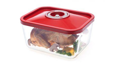 Največja steklena vakuumska posoda z rdečim pokrovom. V posodi cel piščanec.