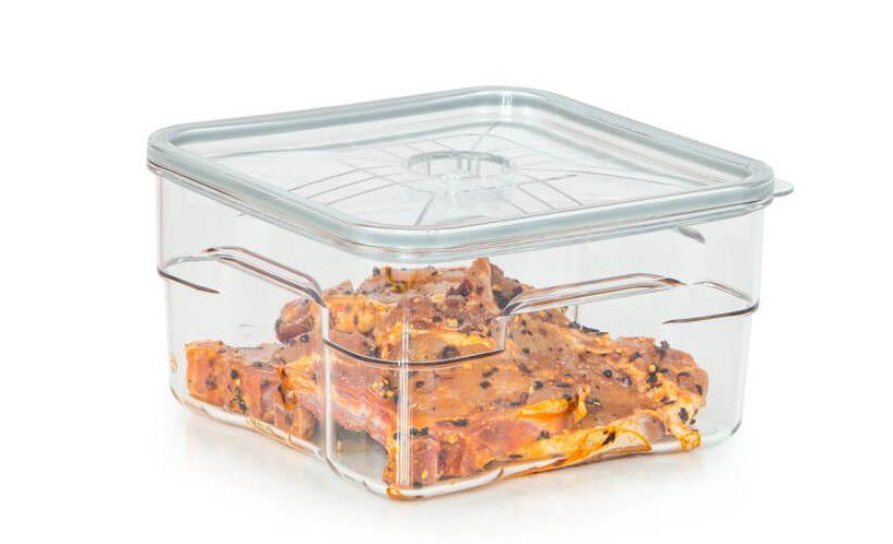 gastro vakuumska posoda volumna 4 litre z mesom v marinadi