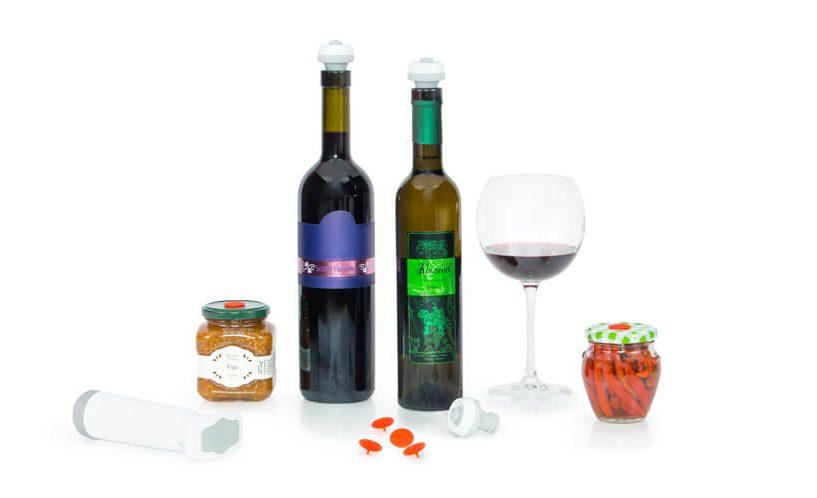 steklenice vina z vakuumskimi zamaški in kozarci za vlaganje z univerzalnimi vakuumskimi zamaški