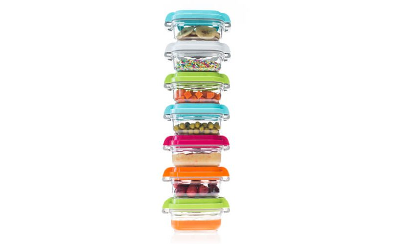 Vakuumske posode za otroško hrano različnih barv, zložene ena na drugo na belem ozadju.