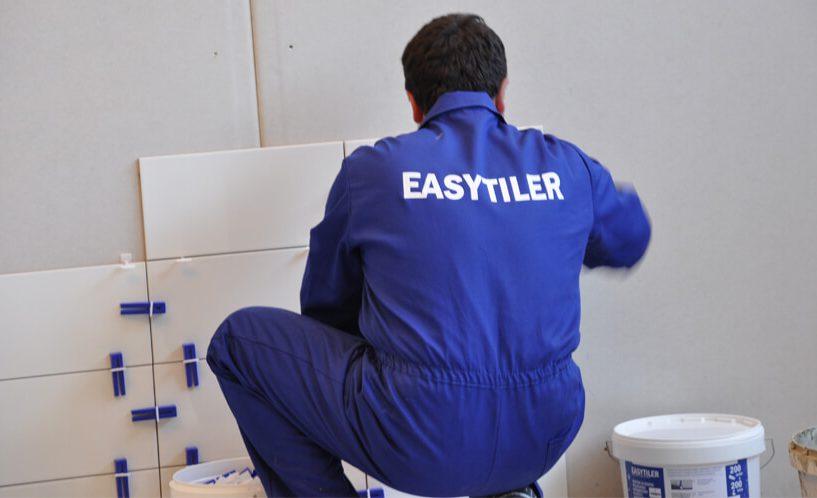 Keramičar, ki pri polaganju ploščic uporablja sistem Easytiler