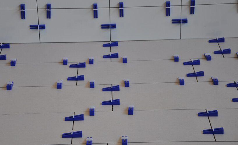 Modri easytiler klini in bele spojke na sivih ploščicah