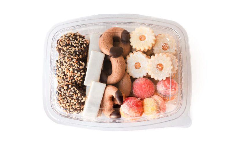 Prozorna embalaža za piškote z raznimi piškoti.