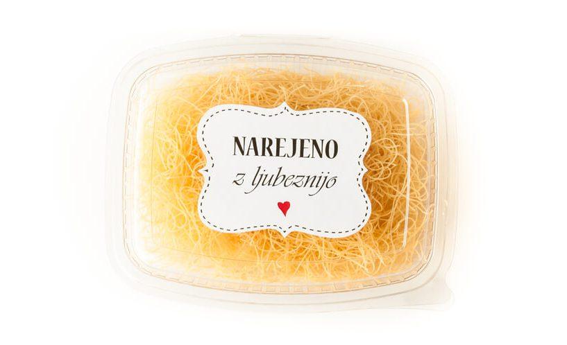 Etiketa na enodelni embalaži za pecivo, v kateri so shranjeni rezanci.