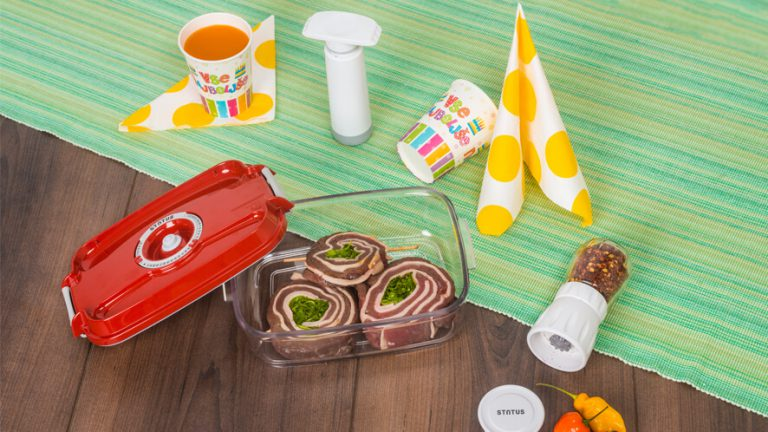 Mlinček začimb, vakuumska posoda z mesom in ročno vakuumsko črpalko.