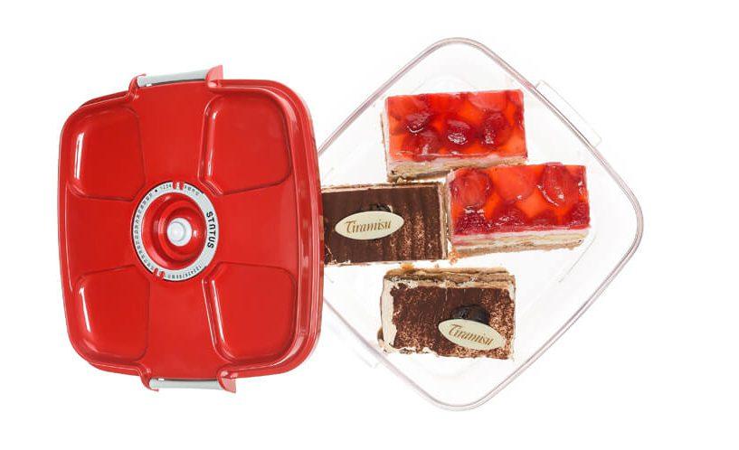 Kvadratna vakuumska posoda Status z rdečim pokrovom v kateri so shranjene tortice