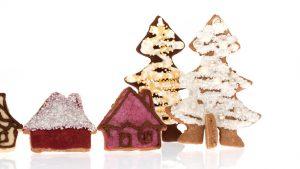 Stoječi piškoti v obliki hiše in jelke.