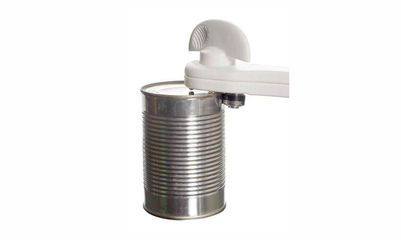 rezanje pokrova konzerve z večnamenskim odpiračem za konzerve