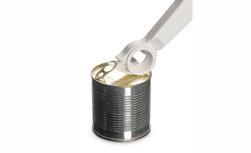 Odpiranje konzerve na poteg z večnamenskim odpiračem.