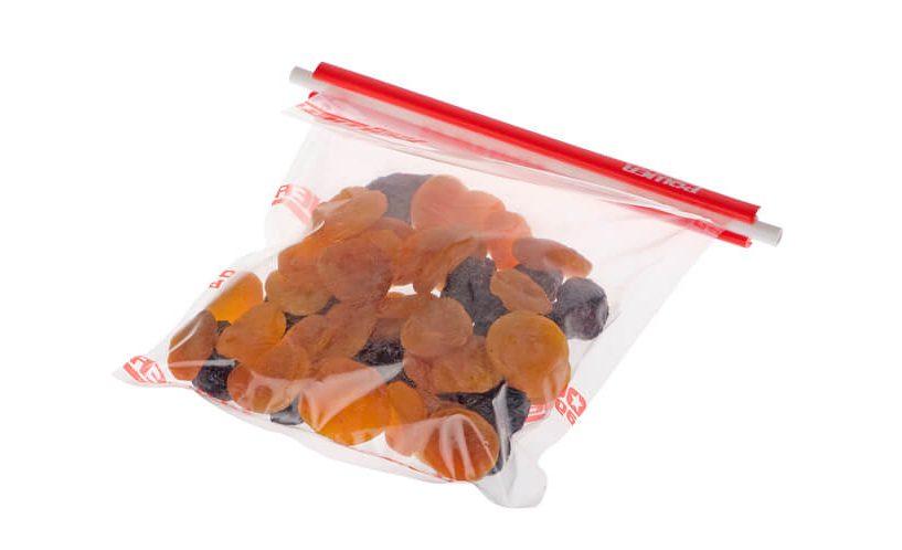 Suho sadje, shranjeno v vrečke Power Seal, zaprte z zapirali.