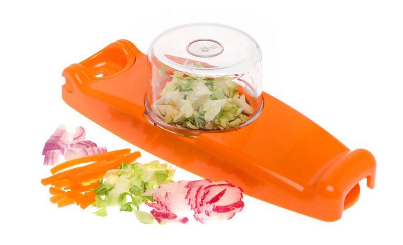 zelenjava, narezana na drobne koščke, z mini rezalnikom čebule