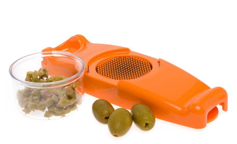 Olive, narezane z mini rezalnikom čebule v oranžni barvi