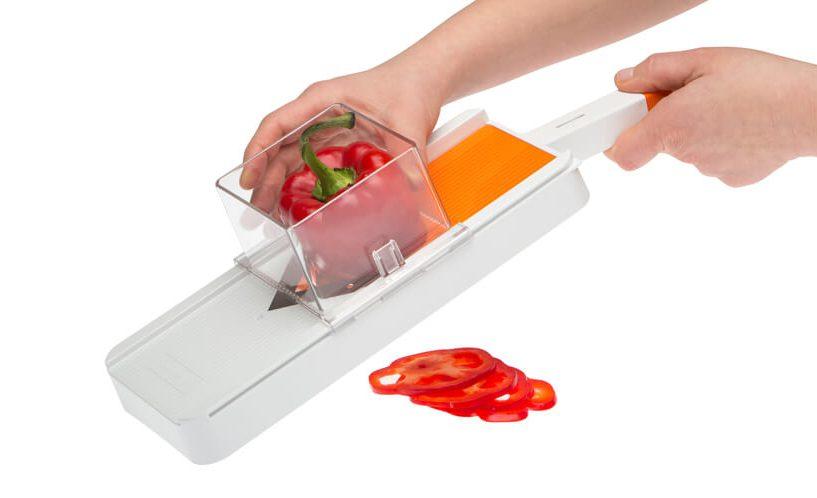 Rezanje rdeče paprike z rezalnikom Status za rezanje na rezine in trakove.