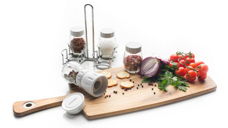 Set za začimbe z zelenjavo na leseni deski za rezanje