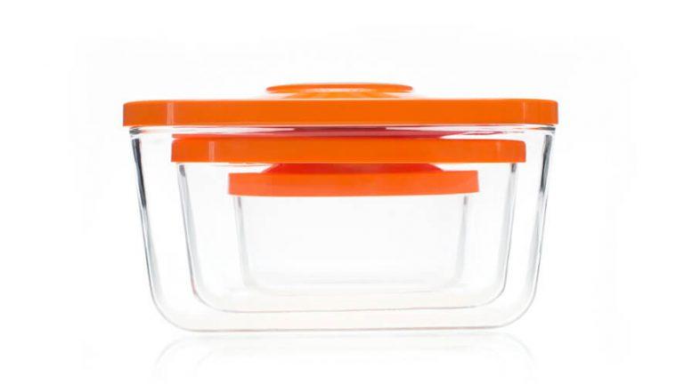 Prazne steklene vakuumske posode zložene ena v drugo