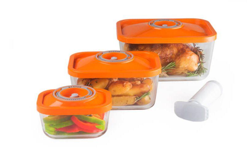 4-delni set steklenih vakuumskih posod z oranžnimi pokrovi z ročno vakuumsko črpalko na belem ozadju.
