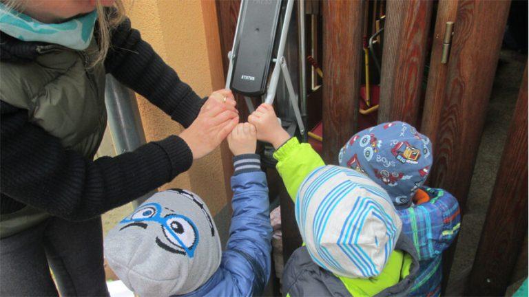 otroci pritiskajo stiskalnico Green Press