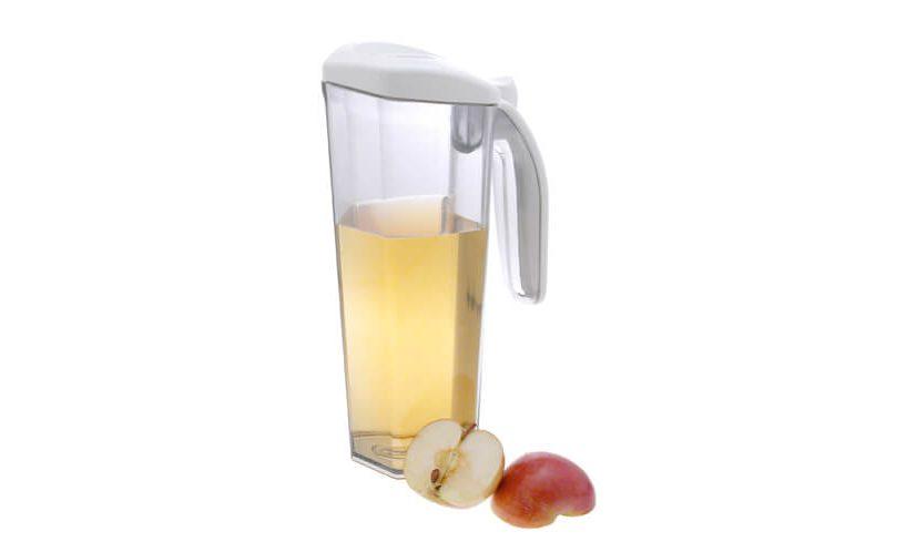 vakuumski vrč Status z belim pokrovom napolnjen z jabolčnim sokom.