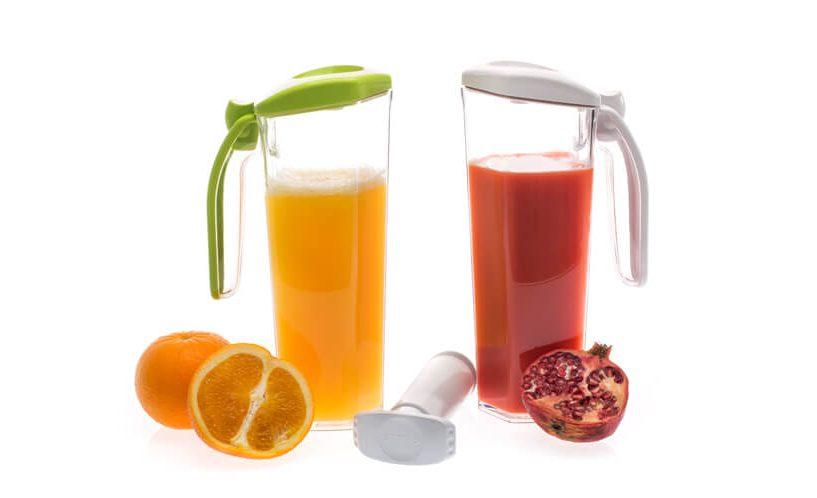 Vakuumska vrča v zeleni in beli različici, napolnjena s sokovi.