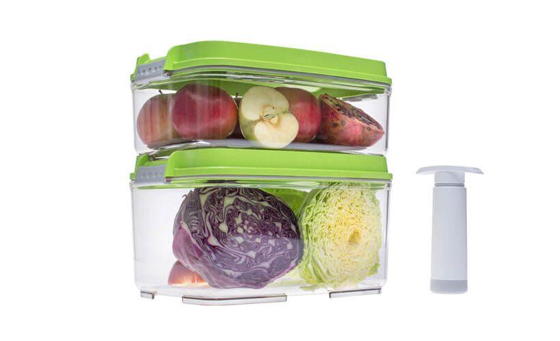 Zelje in jabolka v 3- in 4,5-litrski vakuumski posodi Status z zelenim pokrovom. Posodi sta zloženi ena na drugi.