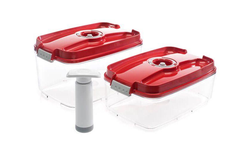 Večji vakuumski posodi Status z rdečimi pokrovi in ročno vakuumsko črpalko na belem ozadju.