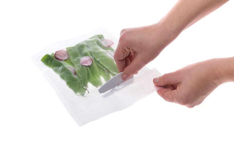 Rezanje manjše vrečke s stročjim fižolom.
