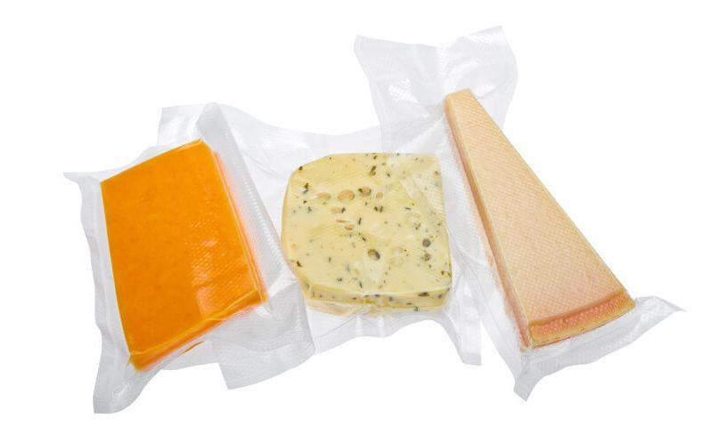 Tri vrste sira zavakuumirane na belem ozadju.