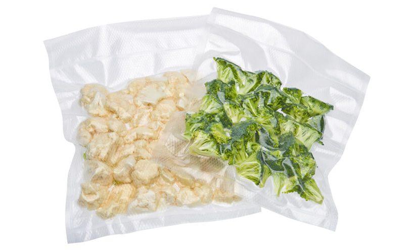 zavakuumirani koščki brokolija in cvetače v Statusovi foliji za vakuumsko shranjevanje