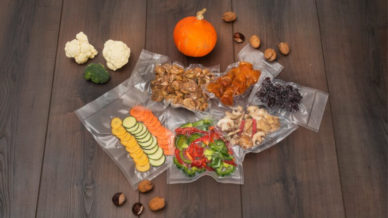 Vakuumske vrečke z živili za zamrzovanje