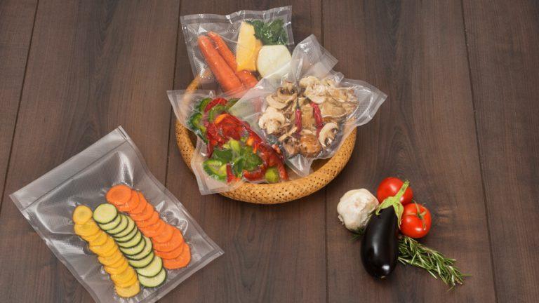 Zavakuumirana živila v košari na temnem rjavem lesu