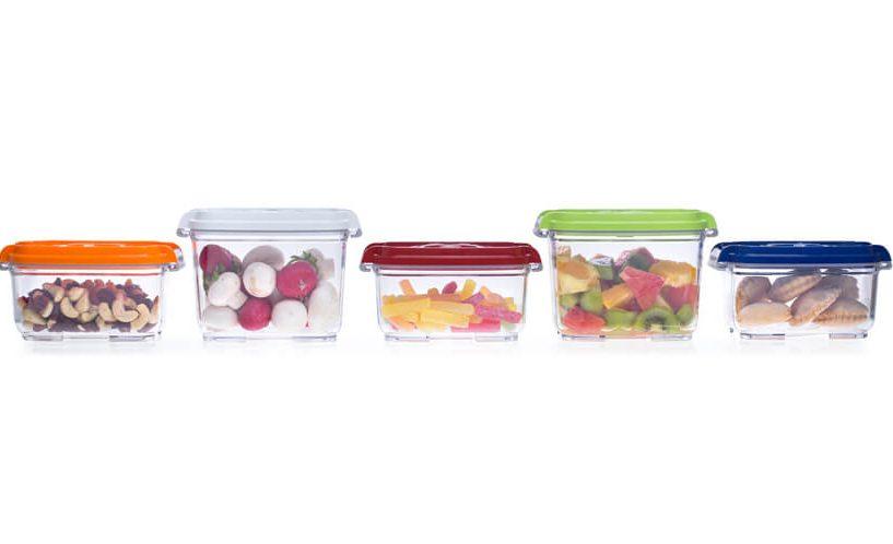 Manjše vakuumske posode volumnov 0,5 in 0,8 litra z živili zložene v vrsto.