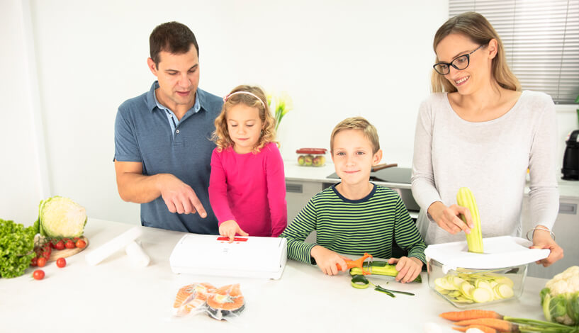 mlada družina pripravlja kosilo