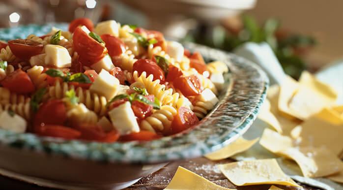 Iz paradižnika lahko naredite veliko različnih osvežilnih solat.
