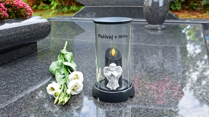 nagrobna sveča z napisom